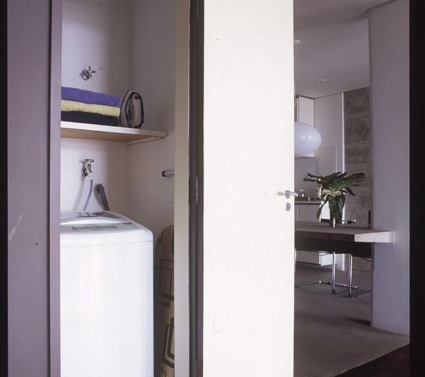 Lavanderia, foi transferida para um cômodo bem pequeno entre a cozinha e o corredor que leva ao dormitório, no apartamento reformado pelo arquiteto Gustavo Calazans (Foto: Agi Simões / Editora Globo)