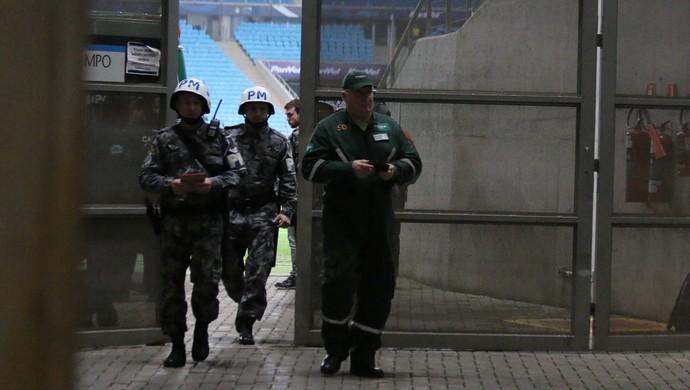 Médico nega atendimento a torcedora do Grêmio e é detido na Arena (Foto: Diego Guichard/GloboEsporte.com)