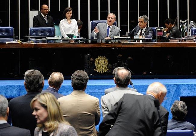 O presidente do Senado, Renan Calheiros, anuncia no plenário do Senado a decisão sobre as questões de ordem de governistas e oposicionistas sobre a instalação de CPÍs da Petrobras (Foto: Presidência do Senado)