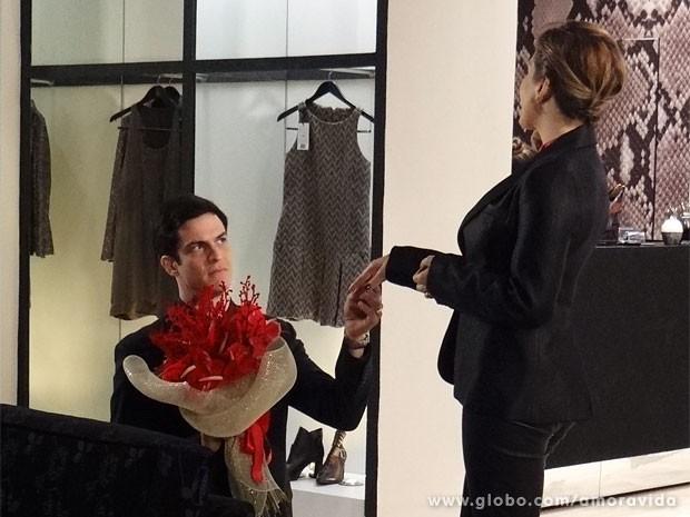 Félix sente que as pazes custarão mais do que flores (Foto: Amor à Vida/ TV Globo)