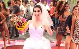 Pernas de fora até no casamento! Val se casa com vestido curtinho e decotado