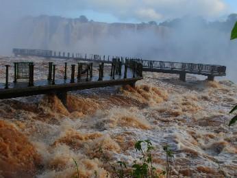 Por medida de segurança, grades da passarela tiveram de ser retiradas (Foto: Cataratas do Iguaçu S.A. / Divulgação)
