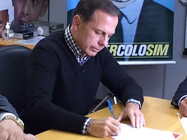 João Doria assina o termo de compromisso Prefeito Amigo da Criança na Fundação Abrinq (Foto: André Azeredo/TV Globo)