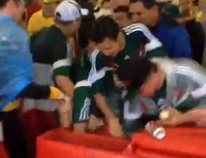 Torcedores roubam cerveja em carrinho na Arena das Dunas - Natal (Foto: Reprodução/Youtube)