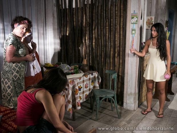 Fátima quer saber qual das irmãs pegou o seu dinheiro (Foto: Felipe Monteiro/TV Globo)