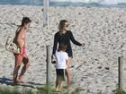 Cristiane Dias passeia com o filho na praia da Barra da Tijuca, no Rio