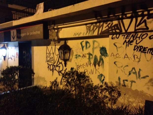 Muro do Palácio dos Bandeirantes foi pichado (Foto: Paulo Toledo Piza/G1)