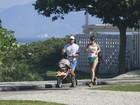 Juliano Cazarré corre na orla do Rio empurrando o filho no carrinho