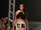 Agatha Moreira desfila de barriga de fora e superfenda em evento de moda