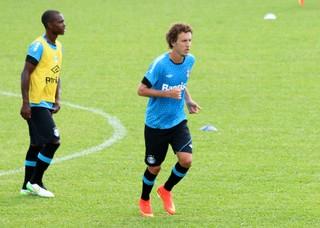 lincoln galhardo treino grêmiol pré-temporada gramado (Foto: Lucas Rizzatti/GloboEsporte.com)