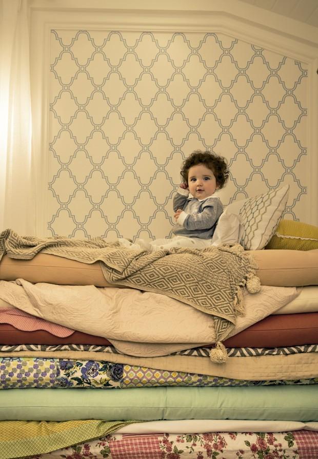 A princesa e a ervilha   Maria Clara veste macacão de algodão bordado, R$ 395, da Trousseau. Calça de pijama de algodão, R$ 139, da Chicco. Quarto da Lodo Barana Arquitetura para a quartos etc. Futons da Futon Company. Enxoval de cama da Etna. (Foto: Guto Seixas/Editora Globo)