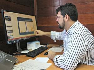 Santos mostra registros das últimas vazantes em Manaus (Foto: Adneison Severiano/G1 AM)