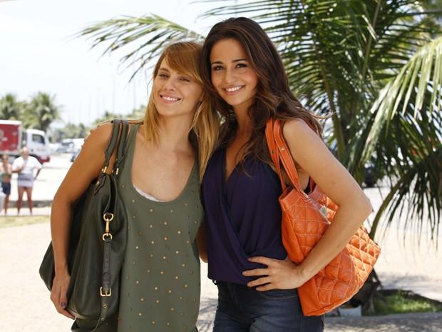 Carol Dieckmann e Nanda Costa se abraçam para a foto (Foto: Salve Jorge/TV Globo)