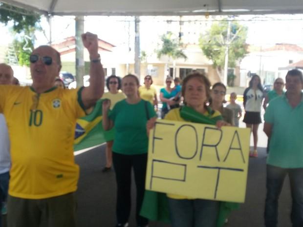 Trinta pessoas protestaram na manhã deste domingo em Garça (Foto: Divulgação/ Rádio Sentinela)