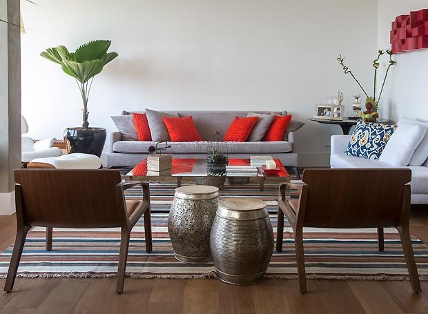 A decoração tem tons vibrantes que contrastam com a base neutra na medida (Foto: Divulgação)