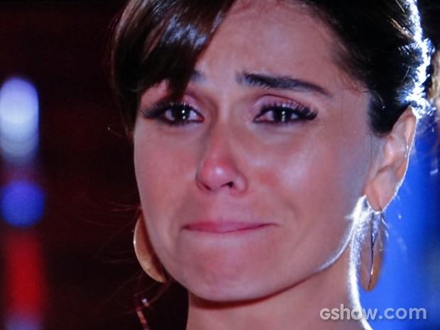 Clara não consegue segurar as lágrimas depois de decidir se afastar de Marina (Foto: Em Família/ TV Globo)