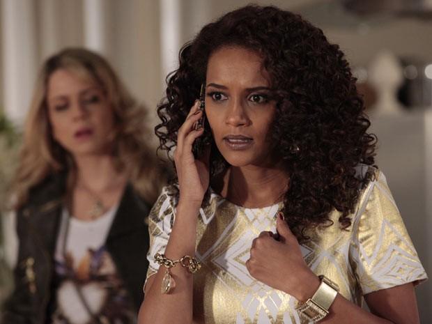 Penha recebe um telefonema de Socorro e fica toda preocupada (Foto: Cheias de Charme / TV Globo)