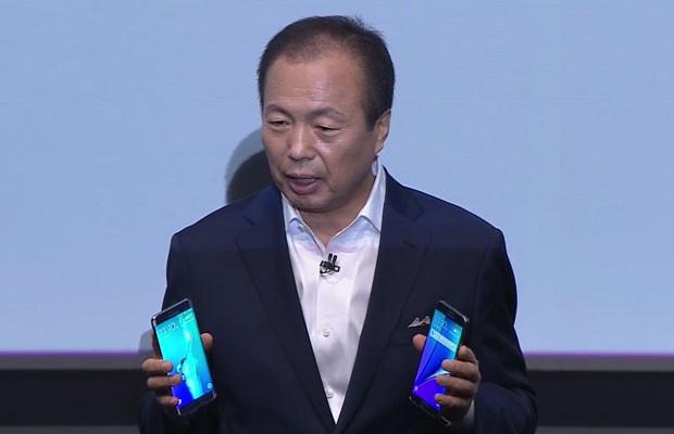 JK Shin, chefe da unidade de aparelhos móveis da Samsung, mostra os novos Galaxy Note 5 e o Galaxy Edge S6+. (Foto: Reprodução/Samsung)