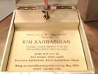 Veja o convite do chá de bebê de Kim Kardashian