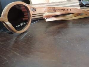 Óculos recebe descrição de qual móvel foi feito (Foto: Renata Marconi/G1)