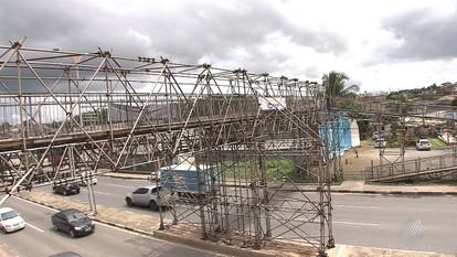 Passarela improvisada assusta pedestres em Lauro de Freitas, na Região Metropolitana