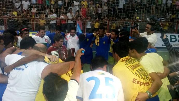 Jogadores do Verona comemoram título acreano de futsal da 1ª divisão 2014 (Foto: Yuri Marcel/G1)