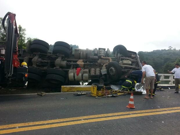 Caminhão tombou na BR-280 em Mafra, no Norte catarinense (Foto: PRF/Divulgação)
