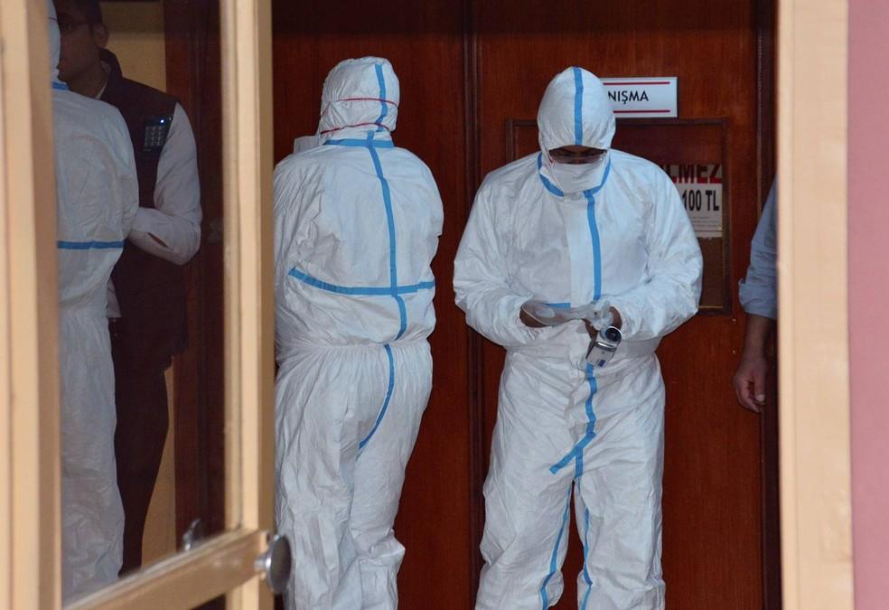 Representantes da Organização Mundial da Saúde (OMS) e da Organização para a Proibição das Armas Químicas (OPAQ) participaram das autópsias em Adana, na Turquia (Foto: DHA-Depo Photos via AP)