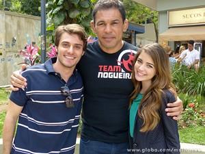 Hugo Bonemer e Anna Rita Cerqueira com o lutador (Foto: Malhação / TV Globo)