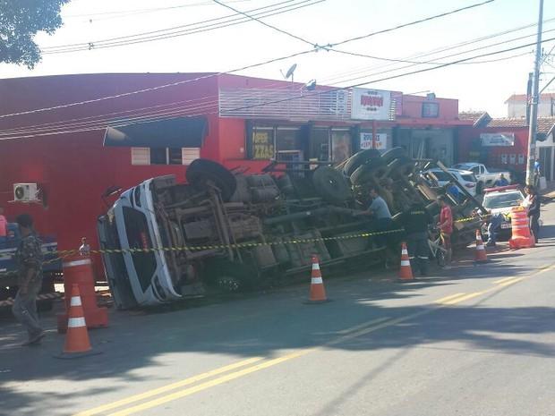 Caminhão com carga de tijolos tombou na Avenida Raposo Tavares em Piracicaba (Foto: Thainara Cabral/G1)
