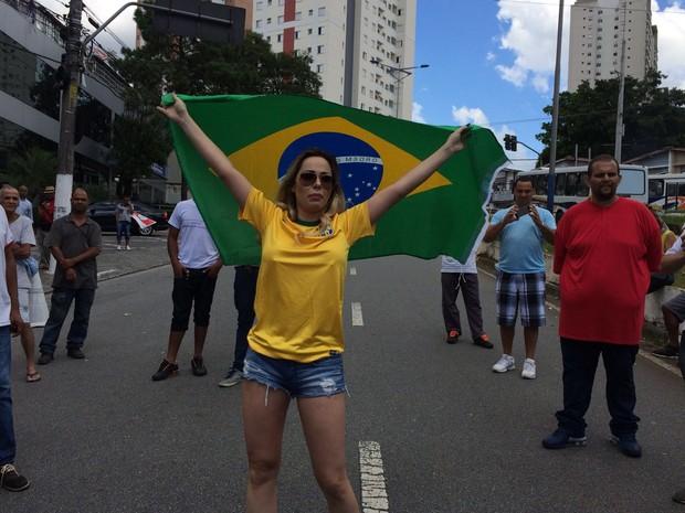 Modelo Ju Isen apareceu perto do protesto pró Lula. Ela é conhecida por protestar sem camiseta contra o governo petista (Foto: Vivian Reis / G1)
