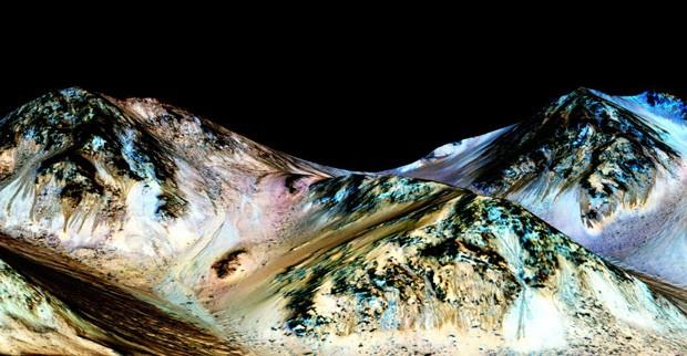 Linhas que aparecem e somem em montanhas marcianas são formadas por água salgada escorrendo, indica novo estudo (Foto: Nasa/JPL/Universidade do Arizona)