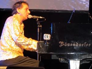 Arnaldo Baptista toca na Virada Cultural, no Theatro Municipal (Foto: Braulio Lorentz/G1)