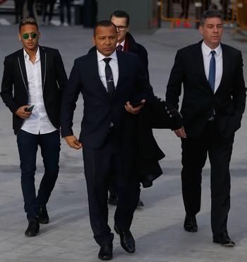 Neymar, pai e filho, audiência em Madri (Foto: AP)
