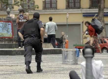 Jonatas ajuda Fabinho a fugir da polícia
