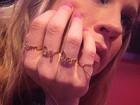 Pedro Scooby mostra Luana Piovani com anéis com nomes dos filhos