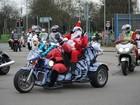 De motos, Papais Noéis distribuem presentes para crianças internadas