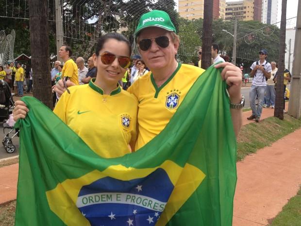 Médico Esticado Alves, 62, participa de protesto ao lado da namorada, em Goiânia (Foto: Vitor Santana/G1)