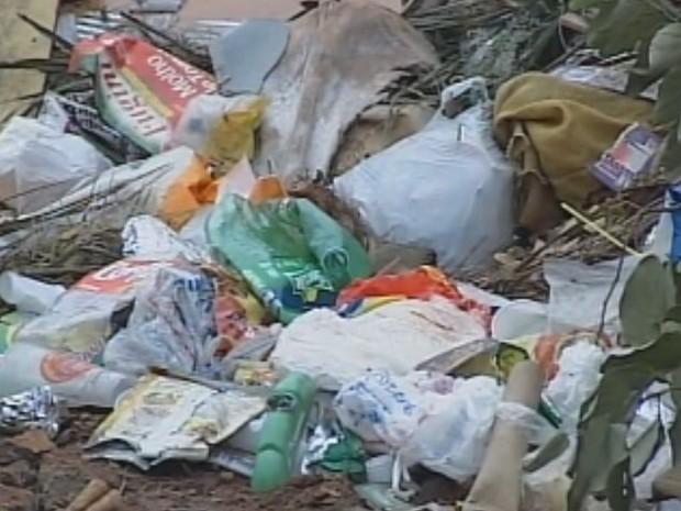 Local que deveria receber somente entulho está cheio de lixo  (Foto: Reprodução / TV TEM)