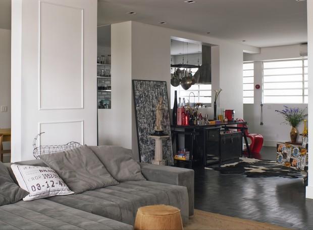 O living de 87 m² está todo integrado (Foto: Celia Weiss/Divulgação)