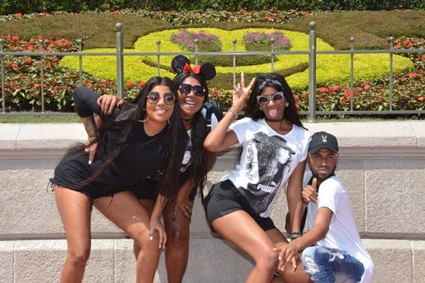 ludmilla com a família na Disney (Foto: Reprodução/Instagram)