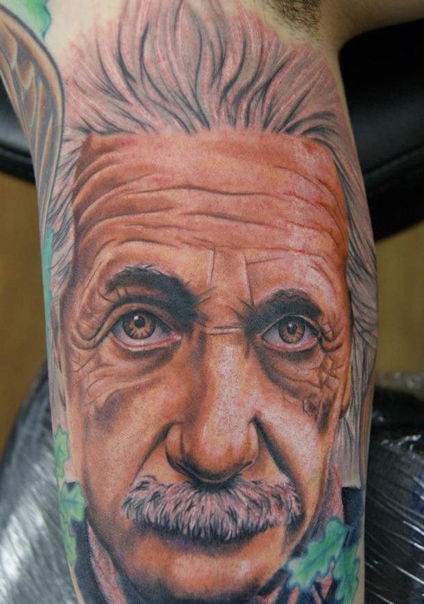 Cliente exibe retrato de Eintein tatuado do braço (Foto: Reprodução)