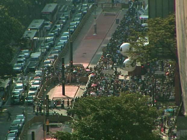 Concentração de professores na Avenida Paulista ocorreu no mesmo período em que taxistas faziam protesto contra assassinato de colega. (Foto: Reprodução/TV Globo)