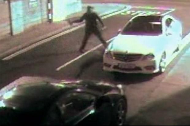 Ladrão de carros joga tijolo em janela de carro e acaba se dando mal (Foto: Reprodução)