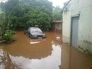 Enchente provocada pelo rio Apa já atinge quatro bairros Bela Vista (Foto: Hemerson Buiú/Top Notícia)