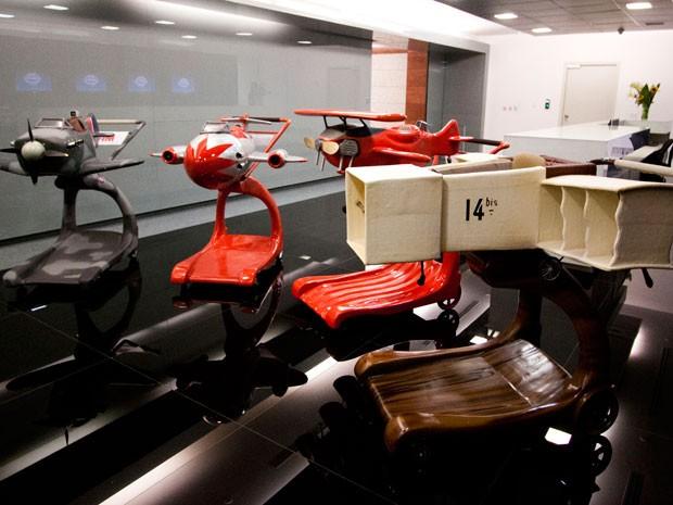 0747634b936 TAM expõe tradicionais carrinhos de bagagens em réplicas de alguns dos  aviões mais famosos da história