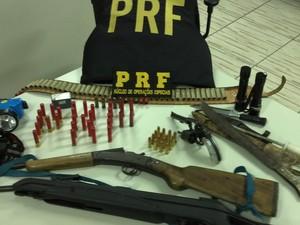Dentro do caminhão, PRF encontrou revólver, espingarda, facas, laternas e munições (Foto: PRF/Divulgação)