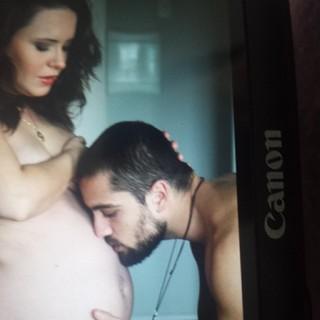 Rafael Cardoso beijando barriga da mulher, Mariana Bridi (Foto: Instagram / Reprodução)