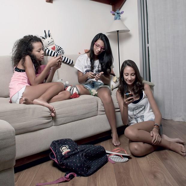 CONECTADAS Da esquerda para a direita: Inaê Azevedo, Amanda Lapido e Ana Paula Iaconis, de 13 anos, conversam pelo celular. Elas trocaram o Facebook por outras redes (Foto: Camila Fontana/ÉPOCA)