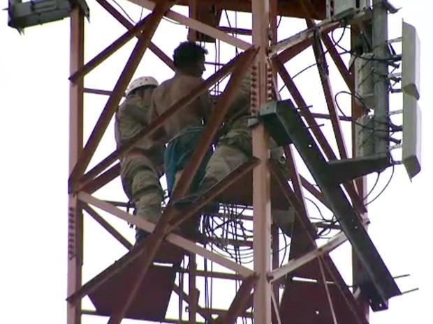 Homem em torre (Foto: Reprodução TV Acre)